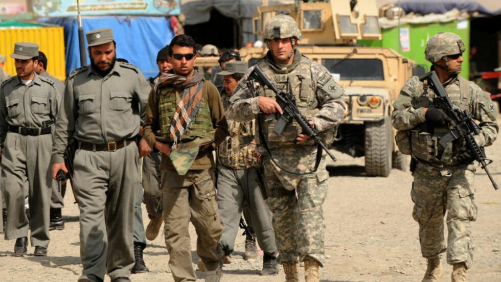VANSKELIG OPPGAVE: Amerikanske soldater ute på patrulje sammen med afghanske politimenn. USAs regjering har varslet en større opptrapping i krigen mot Taliban og al-Qaida i Afghanistan og Pakistan. Foto: Massoud Hossaini/Scanpix/AP