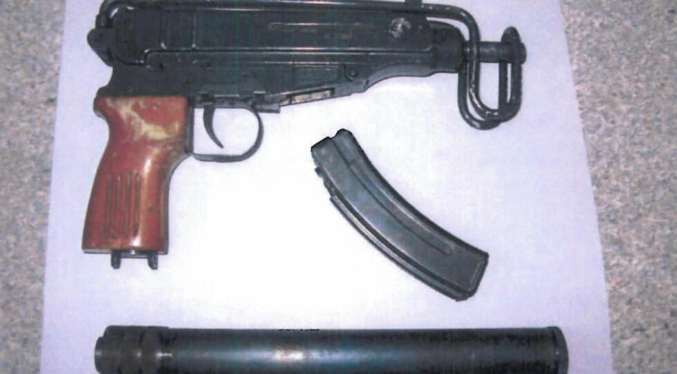 GJEMT I RESERVEHJULET: Et automatvåpen av typen Skorpio 7,65 mm, et våpenmagasin og en lyddemper lå gjemt i reservehjulet på bilen de tre tsjetsjenske mennene kjørte. Foto: TULLVERKET