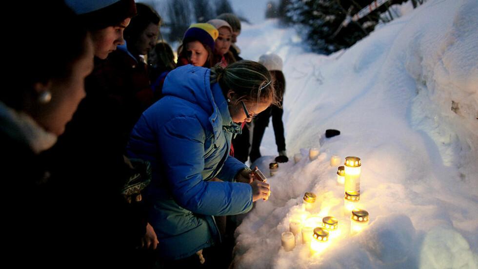 MINNESTUND I SNØEN: Utenfor huset til det drepte ekteparet i Tromsø tente flere ungdommer lys til minne om dem og for å vise sin støtte til de etterlatte, blant dem to skolekamerater.  Foto: Bjørn Langsem/Dagbladet.no
