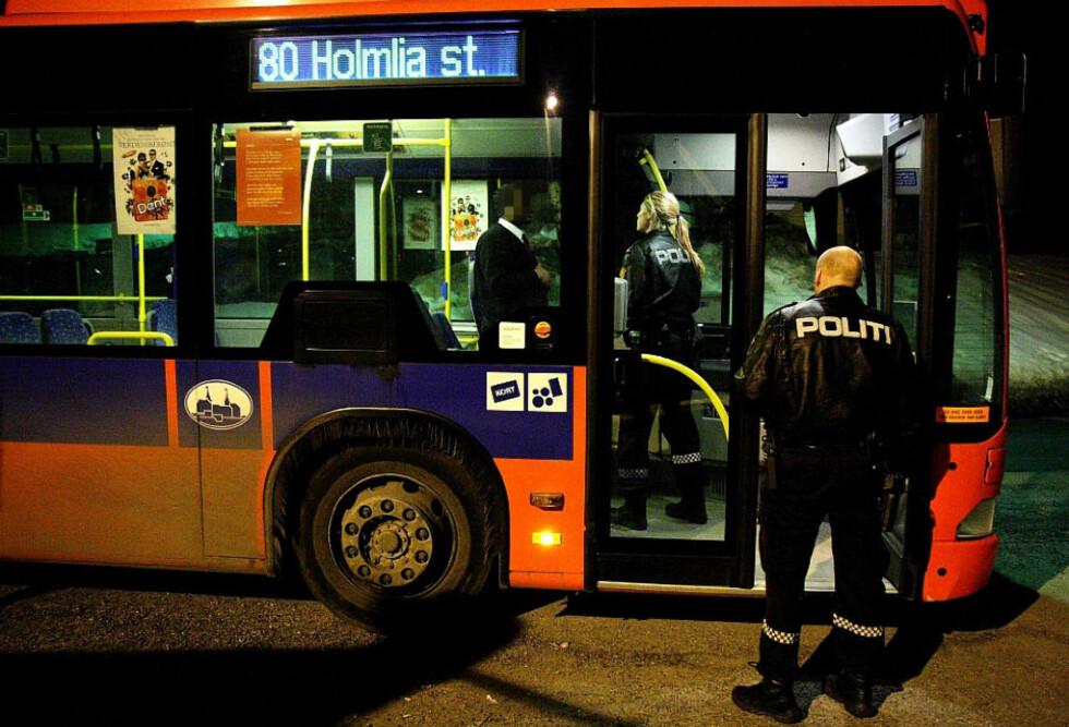 INGEN SKADD: En passasjer var i tillegg til sjåføren om bord bussen da den ble stormet av væpna ranere på Holmlia i Oslo. Foto: Svein Gustav Wilhelmsen