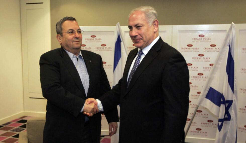 DANNER REGJERING: Påtroppende statsminister Bejamin Netanyahu (høyrse) og arbeiderpartileder Ehud Barak håndhiilser før et møte i Tel Aviv 1. mars i år. I dag danner de trolig regjering sammen. Foto: AFP/DAVID FURST/SCANPIX