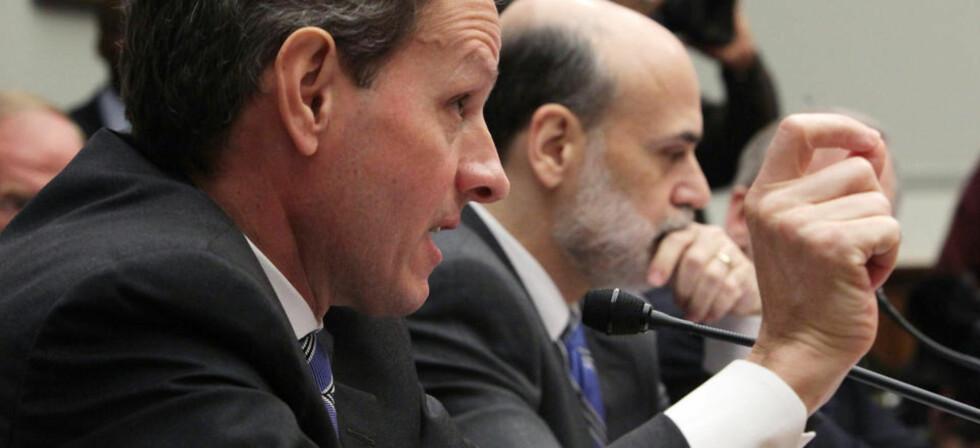 SVARER FOR SEG: Timothy Geithner og Ben Bernanke i Kongressen i dag. Foto: Mark Wilson/Getty Images/AFP/Scanpix