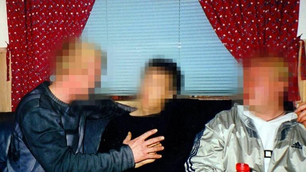 ANGRER: Den siktede 38-åringen sitter i midten. Bildet er tatt ved en tidligere anledning. Foto: Privat