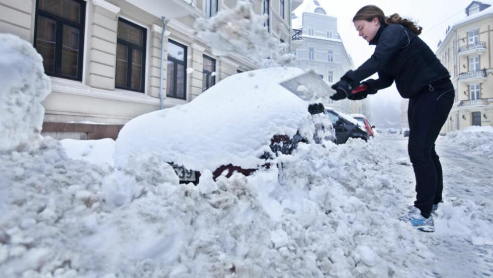 MER SNØ I VENTE: Men så ille som i februar, blir det neppe. Her graver Janne Møller-Stray fram bilen sin, 22. februar. Foto: SCANPIX.