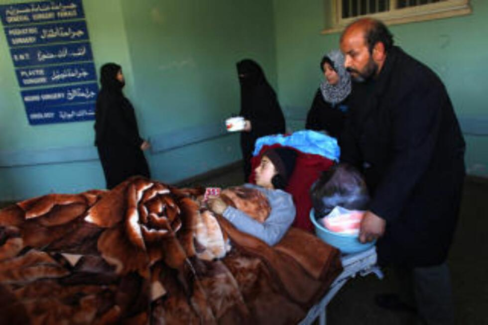 UNGT OFFER: Amira Abu al-Qerem (15) får besøk på sykehuset av sin onkel, etter å ha blitt et av mange sivile ofre i krigen i Gaza. Hun ble offer for et flyangrep i byen Tel al-Hawa, hvor israelske soldater skal ha brukt barn som levende skjold. Foto: Jerry Lampen/REUTERS/Scanpix