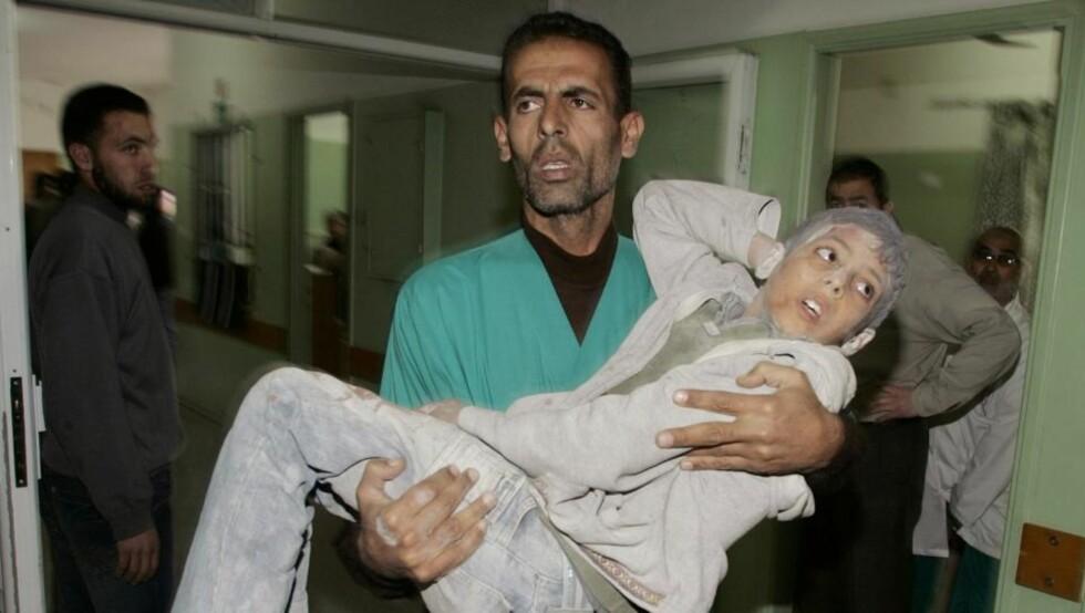 189 BARN MISTET LIVET: En palestinsk gutt blir båret inn på sykehuset nord i Gaza. Ifølge den israelske hæren mistet totalt 189 barn livet i Gaza-offensiven. (REUTERS/Ismail Zaydah (GAZA) / SCANPIX)