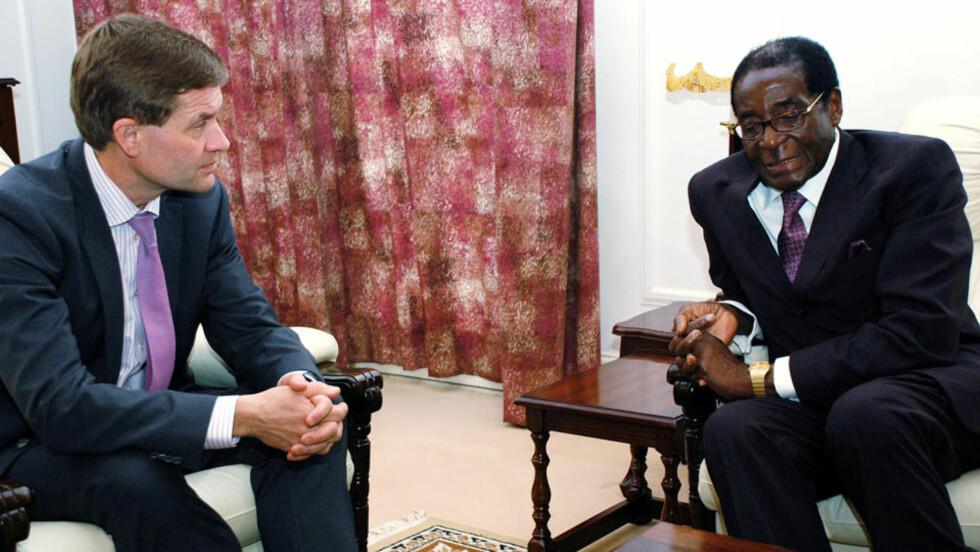 BREIAL MUGABE TIGGER PENGER: Den til dels diktatoriske presidenten i Zimbabwe trygler Erik Solheim og representantene for andre giverland om penger, men er ikke særlig ydmyk av den grunn. Foto: SCANPIX