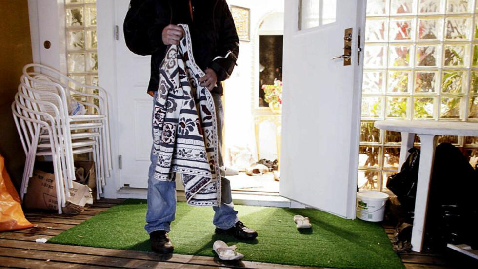 SVÆRT BRUTALT: Kvinnens genser og sandaler ble liggene igjen på utsiden av villaen og vitne om basketaket hun hadde med ranerne da hun desperat forsøkte å flykte fra de maskerte mennene. Sønnen (26) vil av hensyn til familiens sikkerhet ikke stå fram med navn. Foto: ESPEN RØST