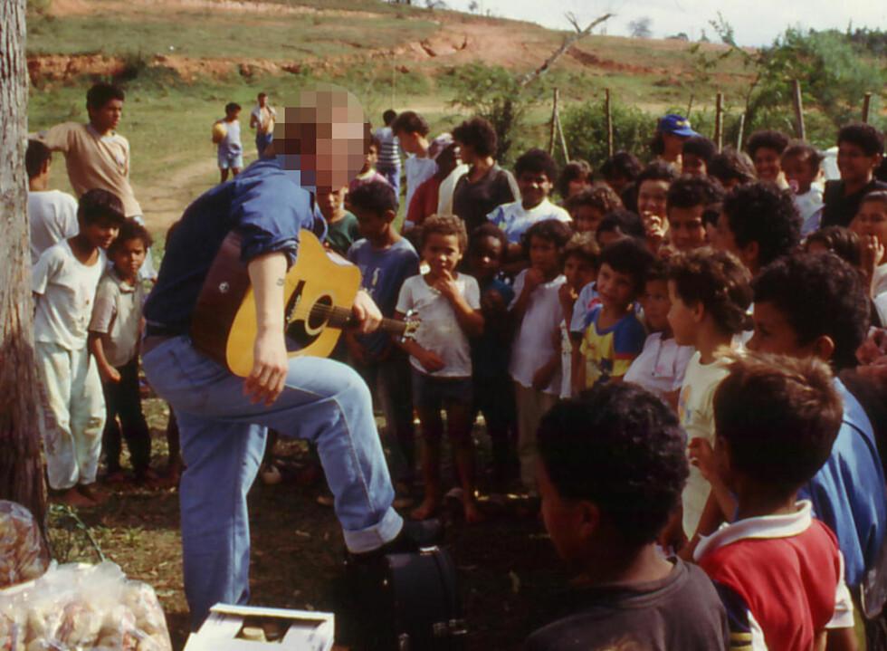 SPILTE FOR GATEBARNA: Den profilerte pastoren har innrømmet overgrep på barn. Her spiller han gitar for en gruppe under et opphold i Brasil på 80-tallet. Foto: PRIVAT