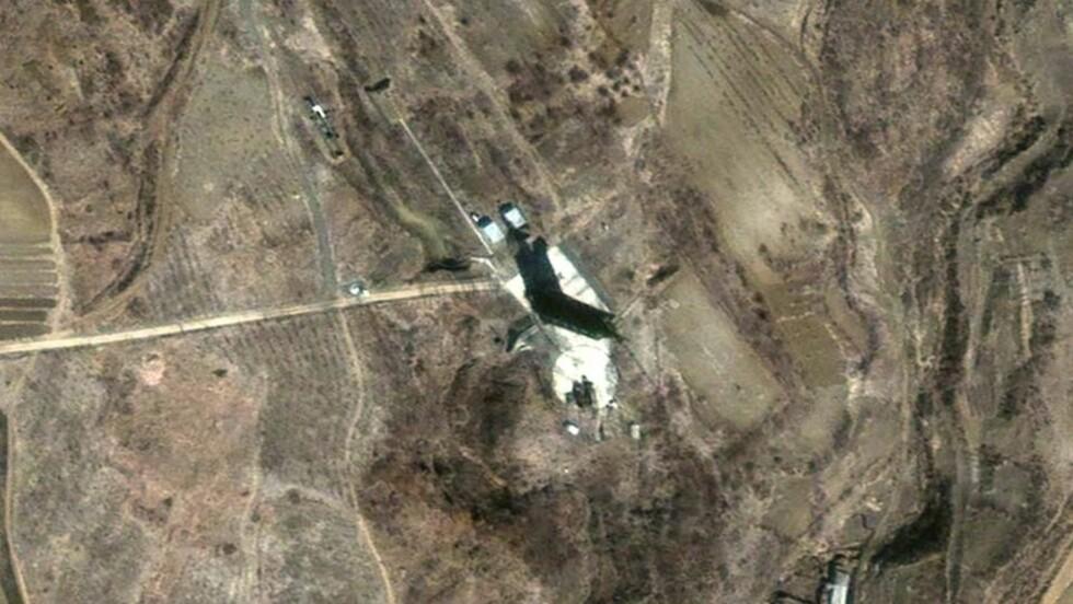 KLAR TIL OPPSKYTING: Nord-Korea har plassert en rakett på Taepo-dong-anlegget. Landet hevder det er en satellitt, mens flere land frykter det kan være en bærerakett som kan frakte atomvåpen. Foto: REUTERS/SCANPIX