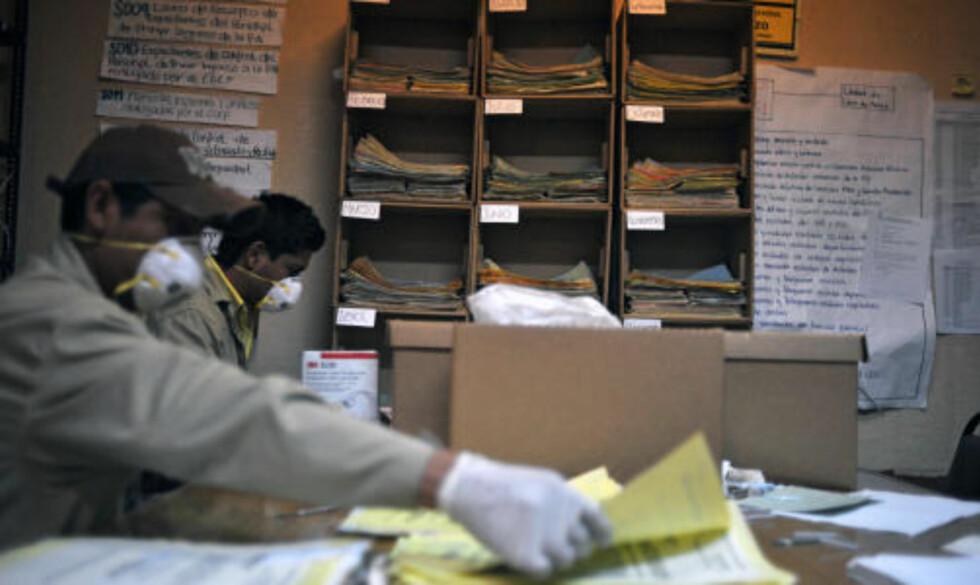 RENSER DOKUMENTENE: Menneskerettighetsaktivister har gjennomgått 12 millioner av dokumentene. Det antas at de fortsatt har 68 millioner dokumenter å rense og systematisere.  Foto: AFP PHOTO/Eitan Abramovich
