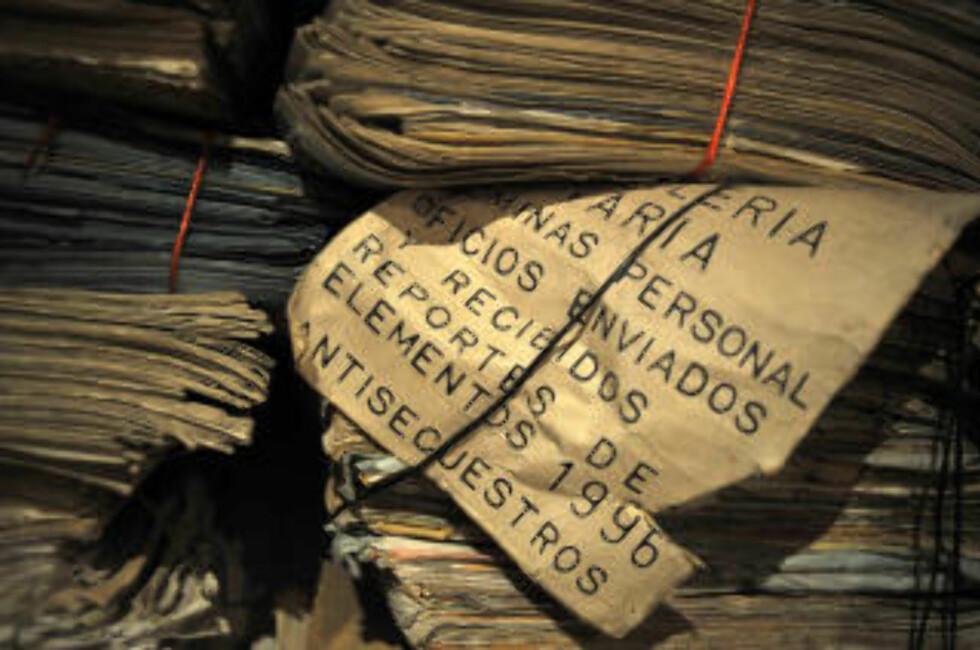 POLITIDOKUMENTER: Dokumentene stammer fra borgerkrigperioden før fredsavtalen i 1996. Foto: AFP PHOTO/Eitan Abramovich/Scanpix