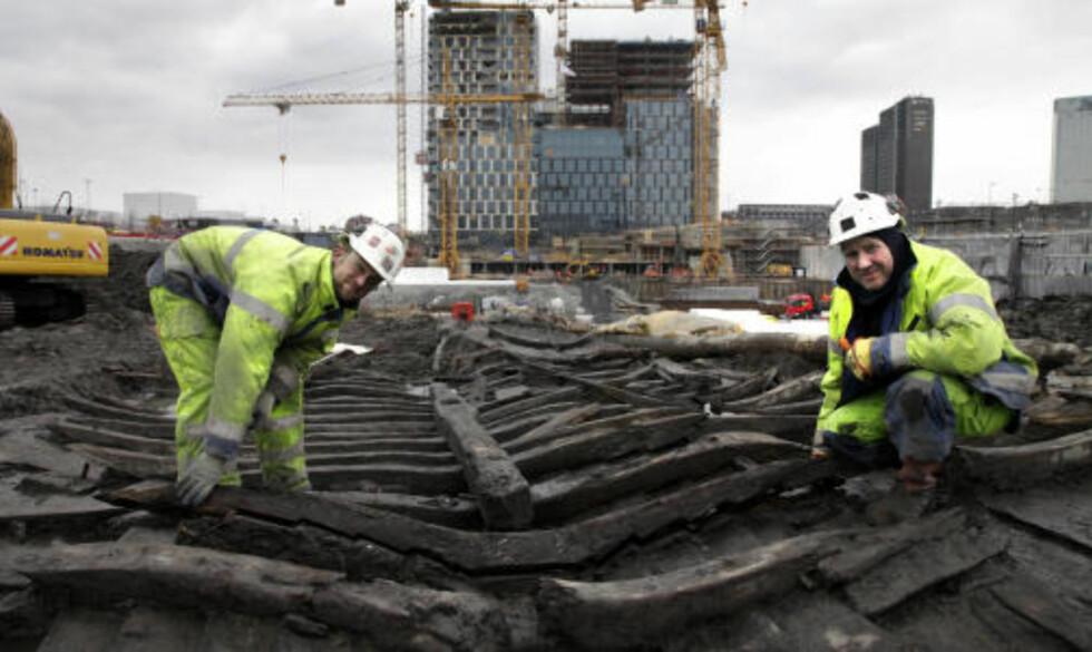 UTGRAVING: Arkeologene har drevet utgraving i Barcode-området i et år, og skal holde på en måned til. Her er Trond Engen og Sven Ahrens i arbeid. Foto: GEIR BØLSTAD