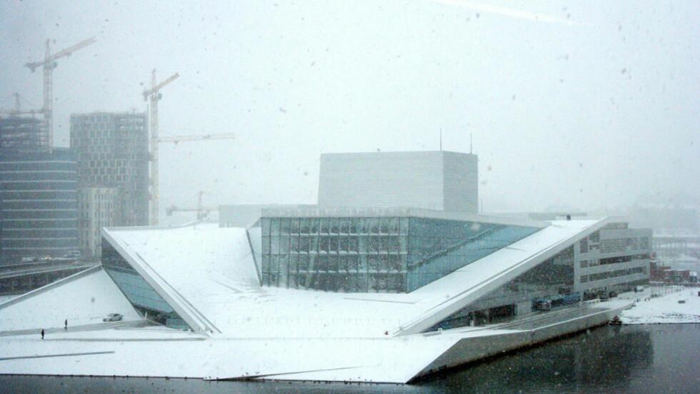 OPERAEN I SNØEN: Slik så det ut ved operaen i 08.20-tida i dag. I dag blir det for øvrig bestemt hvordan operaens naboer skal se ut. Foto: Sindre Granly Meldalen