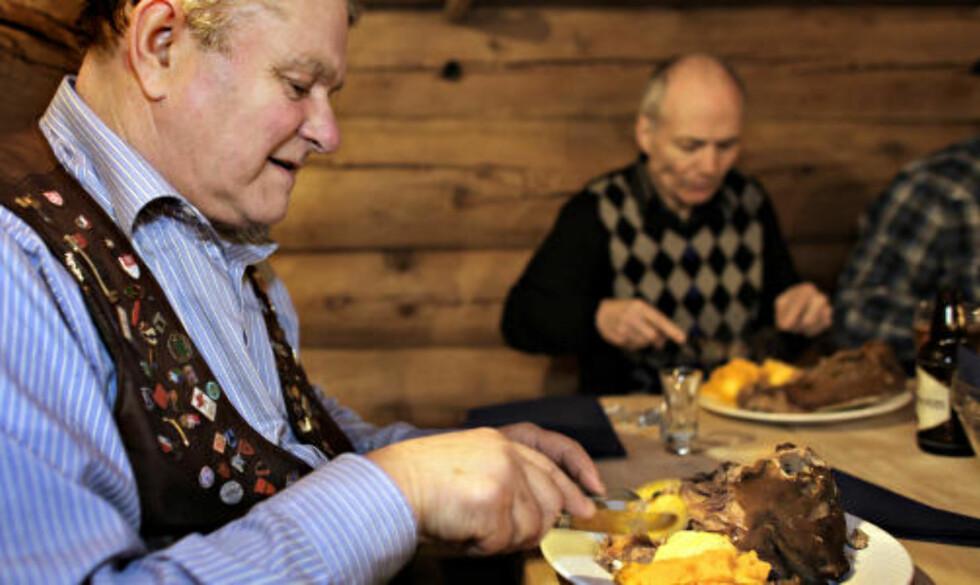 DELIKATESSE: Ivar Løne viser hvordan smalahovet skal fortæres. Alt kan spises, men øyelinsa og øyrebrusken kan med fordel droppes.