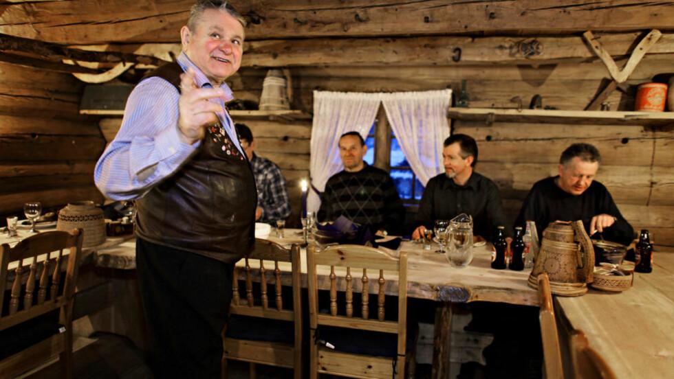 KONGEN:  Ivar på Løne formidler og (f.v.)  Vidar Taule, Emil Gundersen, Truls Langhell og Leif Larsen lytter.Alle foto: Ole C. H. Thomassen