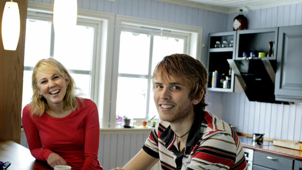 SOSIALT KJØKKEN: Geir Skeie (28) og Katrine Borg Larsen (25) er begge kokker, og har ofte kolleger og andre venner på besøk. Foto: METTE MØLLER