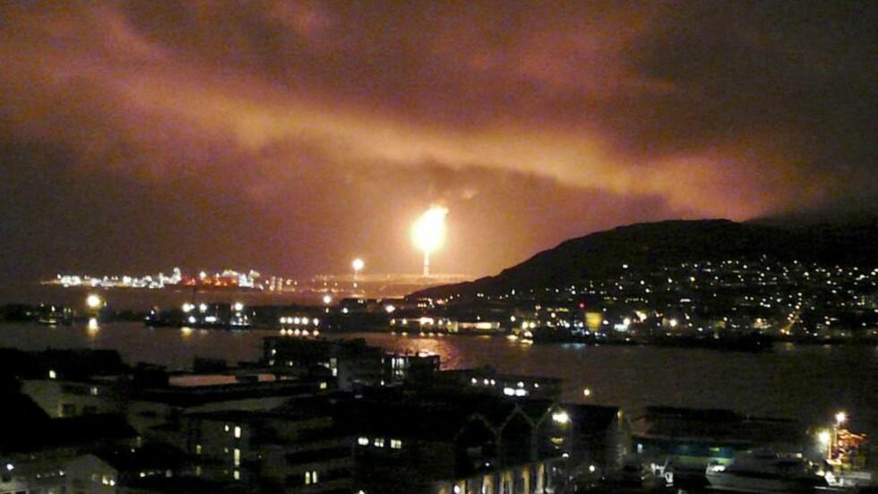FØR...: Slik skal det normalt se ut i Hammerfest på kveldstid. Men strømmen er fremdeles borte etter brann i en trafostasjon i går. Foto: REUTERS/Wojciech Moskwa/SCANPIX