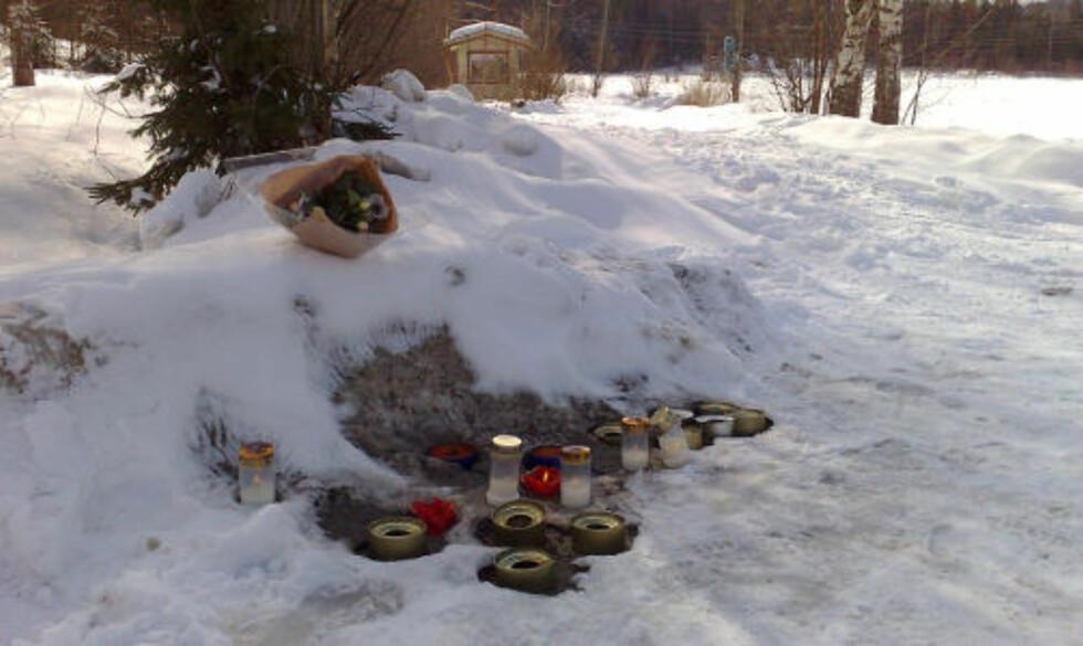 SØRGER: Det er lagt ned blomster og tent lys ved åstedet i dag. - Veldig mange er berørt av dette, sier ordføreren. Foto: TORBJØRN GRØNNING/Dagbladet