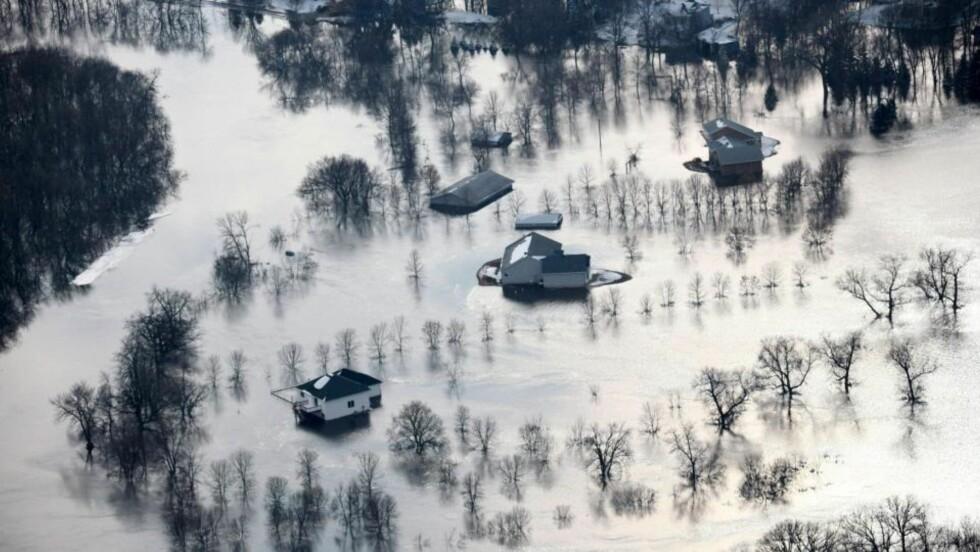 MANGE EVAKUERT: Flere hus i fargo er tatt av flommen. Foto: AP/The Star Tribune/SCANPIX