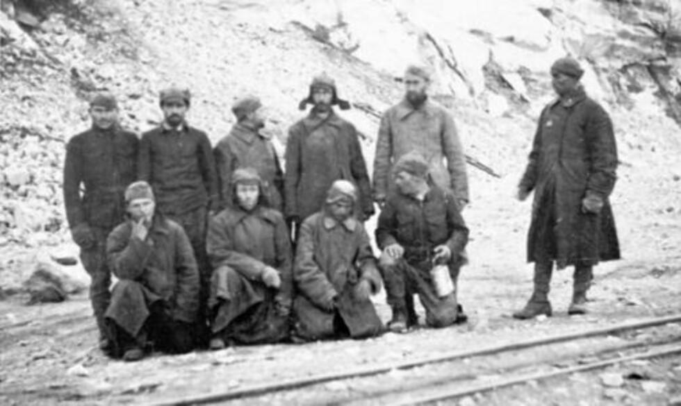 HARDT ARBEID: En gruppe russiske krigsfanger fotografert på Ørlandet utenfor Trondheim etter ca. 10 måneders fangenskap.