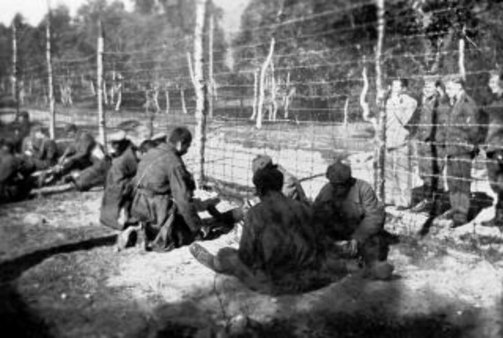 BYGGET JERNBANE: Russiske krigsfanger i Nord-Norge, i en fangeleir ved Harstad. Bildet er tatt sensommeren 1941, inne i leiren. Til å begynne med var her 700-800 fanger, nå er tallet noe mindre. Foto: SCANPIX