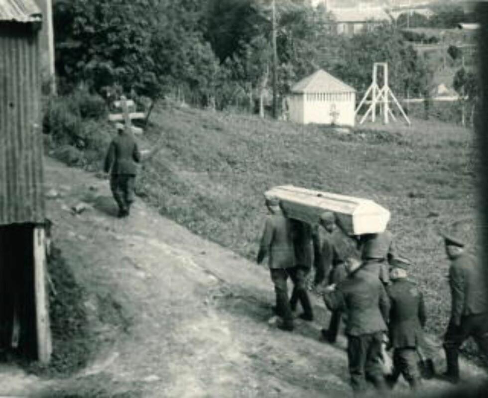SISTE HVILE: En sommerdag i 1942 ble dette bildet tatt illegalt fra et fjøs på Bodøgaard i Bodø. Det viser sovjetiske krigsfanger som bærer en død kamerat til hans siste hvile. Foto: Privat / SCANPIX   ill til sak fra ntb ut 5/5-05