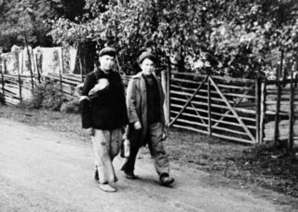 ARBEID: To russiske krigsfanger på landeveien ved en fangeleir et sted på Østlandet. Foto: SCANPIX