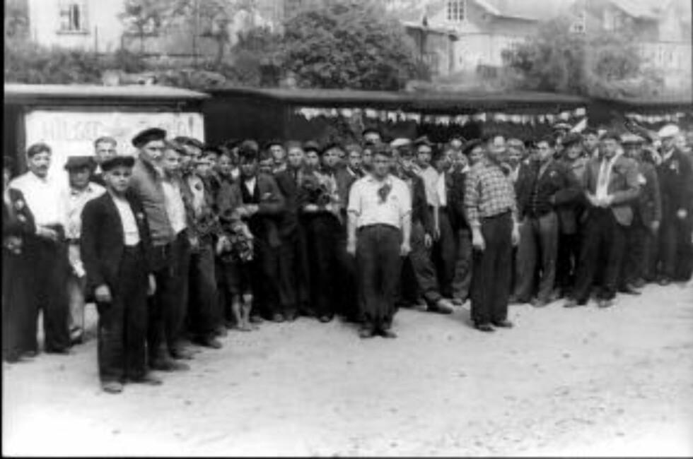 VENTER PÅ TOG: Sovjetiske krigsfanger før de skal sendes tilbake til Sovjetunionen. Jernbanestasjonen på Geithus 1945. Foto: NOVOSTI / SCANPIX