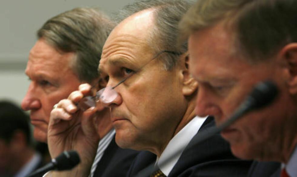 DE TRE TAPERNE: General Motors- sjef Richard Wagoner, Chrysler-sjef Robert Nardelli og Ford-sjef Alan Mulally under en høring i finanskomiteen. Førstnevnte er nå blitt presset til å trekke seg. Foto: REUTERS/Kevin/SCANPIX