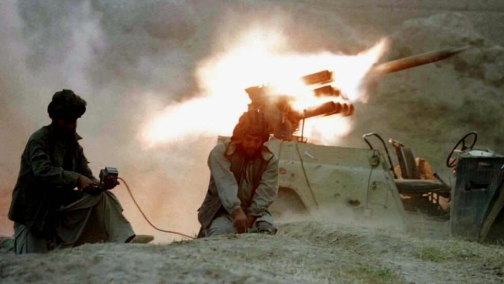 I ANGREPSPOSISJON: Det vil bli mer av dette, lover Taliban - hvert år. Dette arkivfotoet viser Taliban-styrker som angriper en landsby nord for Kabul i oktober 1996. Foto: Patrick de Noirmont/REUTERS/SCANPIX