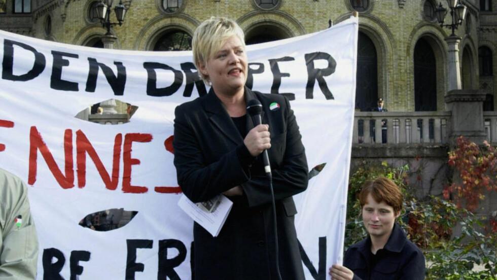 STEMPLES SOM JØDEHATER: SV-leder Kristin Halvorsen holdt i oktober 2000 appell foran Stortinget under en demonstrasjon mot Israel og landets handlinger mot Palestina. Foto: Cornelius Poppe, SCANPIX