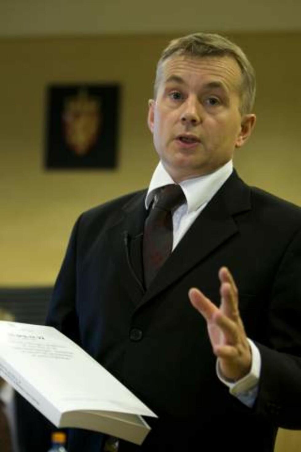 TOK SELVKRITIKK: Justisminister Knut Storberget innrømmer at han burde trukket tilbake den omstridte pressemeldingen om hijab i politiet umiddelbart. Foto: Scanpix