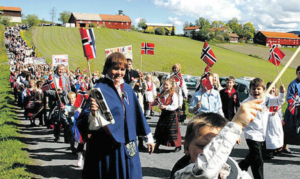 IKKE SÅ FREDELIG PÅ HADELAND: Her går barna i 17.mai tog i 2007. I forkant av årets feiring er det en stor debatt om togruta. Foto: Håvard Krågsrud/Hadeland.net