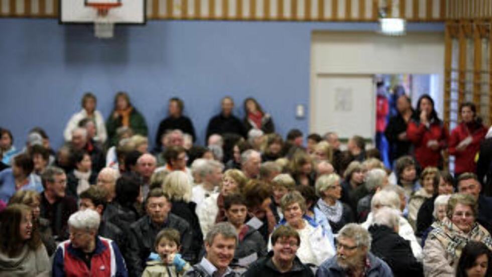 FOLKEMAKT: Over 400 mennesker har møtt opp for å si sin mening og stemme over 17. mai-ruta. Det bor 8500 i kommunen. Foto: Espen Røst/Dagbladet