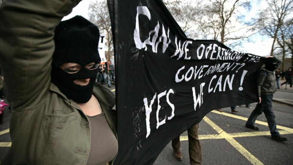 FOLK FØRST: Maskerte demonstranter deltok i lørdagens protestmarsj «Put People First» i forkant av G20-møtet. Foto: AFP PHOTO/SHAUN CURRY/SCANPIX