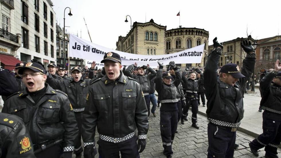 UAKSEPTABELT:  Disse bildene fra politidemonstrasjonen i forrige uke ga Lars Sponheim assosiasjoner til et statskupp. Foto: Foto: Henning Lillegård/Dagbladet