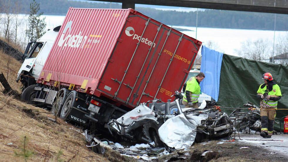 DØDSULYKKE: To personer omkom i en kollisjon mellom en lastebil og en personbil på riksvei 64 ved Årødalen i Molde i dag tidlig. Foto Kjell Herskedal / SCANPIX