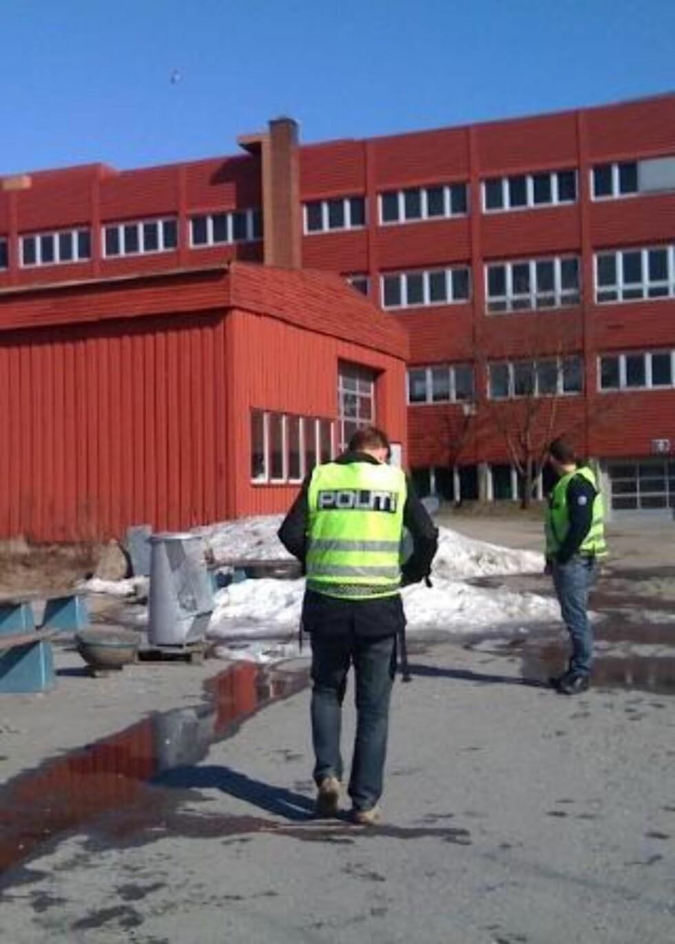 EVAKUERT: Elever og lærere ved Glemmen videregående skole i Fredrikstad ble i ettermiddag evakuert fra to skolebygnigner etter en bombetrussel mot skolen.  LESERFOTO 2400