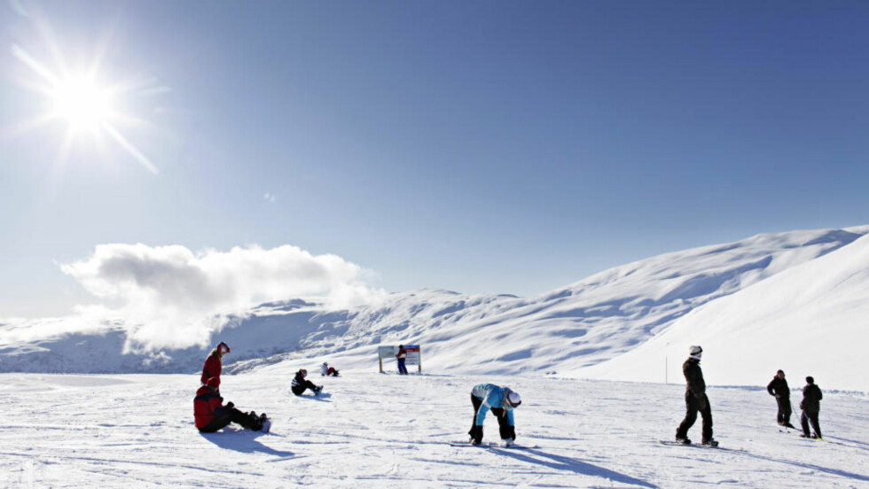 SNØHVITT:  Ved toppen av stolheisen i Voss Fjellandsby Myrkdalen er det som flottest når sola skinner. Foto: Ole C. H. Thomassen