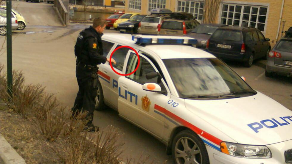 PÅGREPET: Her blir 17-åringen ført vekk av politiet etter at han ble pågrepet av bevæpnet politi på Kråkerøy utenfor Fredrikstad. Foto: HEIDI JANSSON