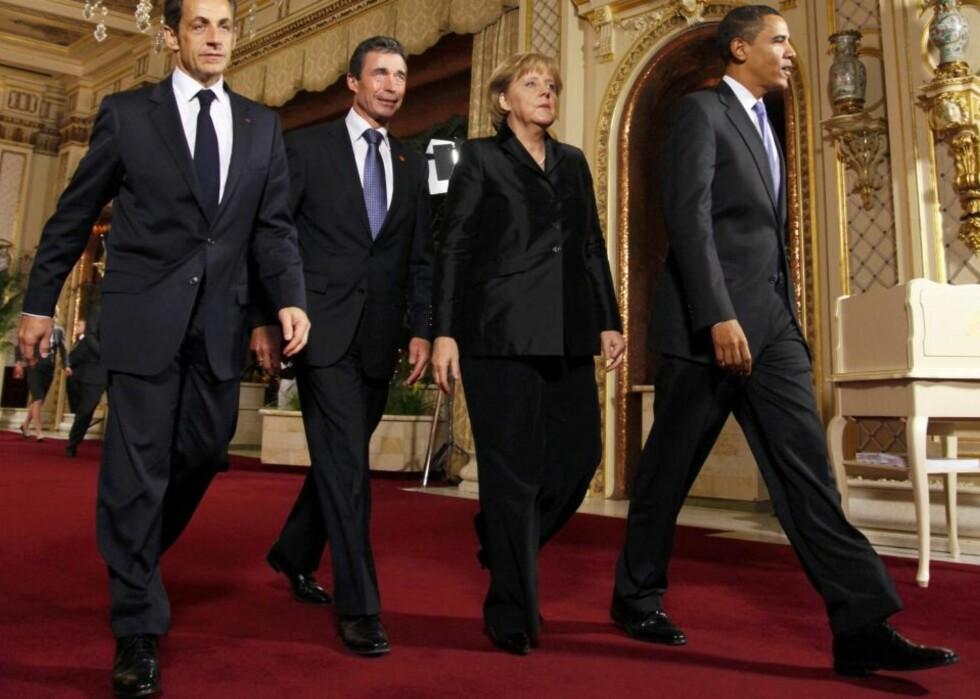 VIL FINNE SAMMEN IGJEN: USAs president Barack Obama er på sitt første Nato-toppmøte der han treffer lederne for alle USAs allierte. - Vi må være ærlige, i de siste årene lot vi alliansen drifte av sted, sa Obama. Her er han på vei inn til kveldens middag sammen med Frankrikes president Nicolas Sarkozy, Danmarks statsminister Anders Fogh Rasmussen og Tysklands kansler Angela Merkel. Foto: Scanpix