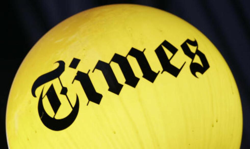 SÅ LENGE LAMPA LYSER:  Det er er fortsatt lys i lampene ved inngangen til hovedkvarteret til The New York Times. Men både den amerikanske storavisa og datterbedriften The Boston Globe har alvorlige økonomiske problemer. Arkivfoto: AP/Scanpix.