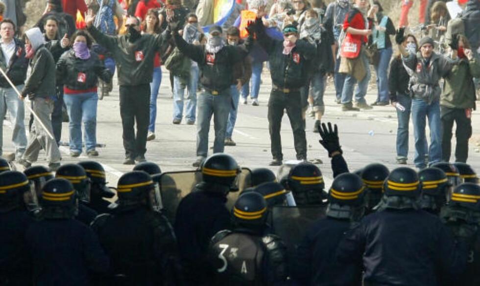 <strong>HERMETISK LUKKET:</strong> Politiet holder igjen demonstranter på Europa-broa mellom Frankrike og Tyskland. Flere norske demonstranter blir holdt igjen. Foto: SCANPIX/AP Photo/Michel Spingler