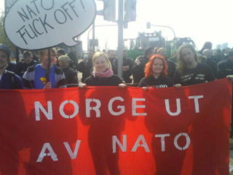 <strong>NORDMENN:</strong> Norske demonstranter står fast på Europa-brua.