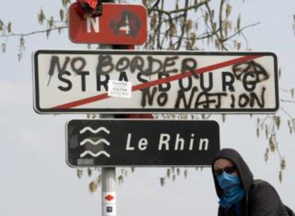 """<strong>""""INGEN GRENSER - INGEN NASJON"""":</strong> Demonstranter setter budskapet på papiret. FRANCE POLITICS MILITARY CONFLICT)"""