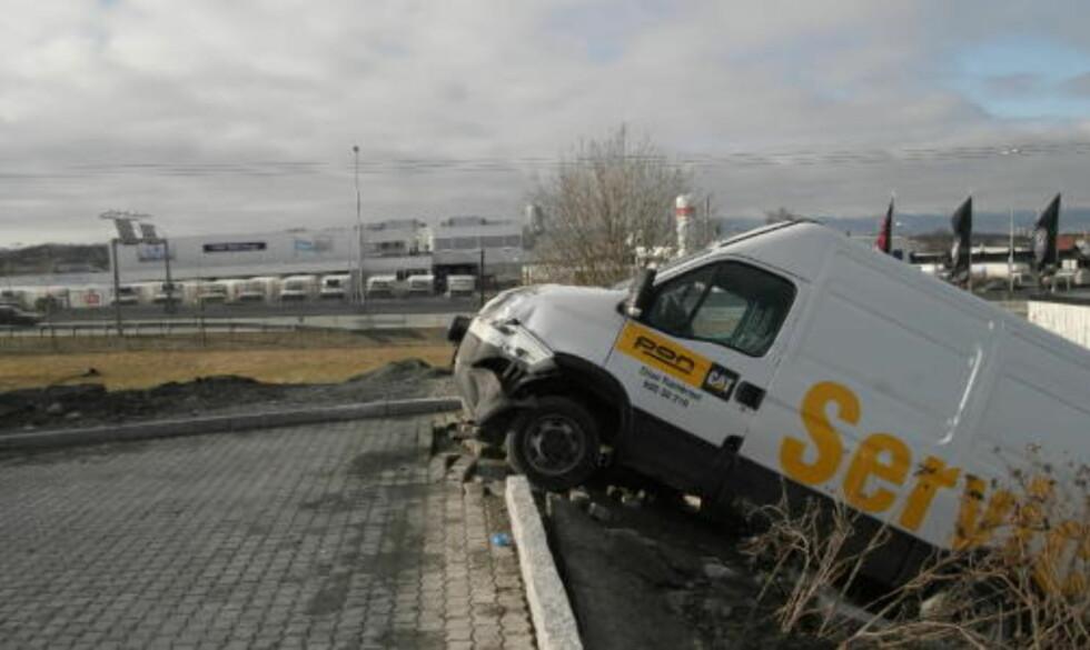 MEIDE NED BIL: En av servicebilene ble påkjørt og dyttet ned i en grøft. Foto:  Tor Aage Hansen