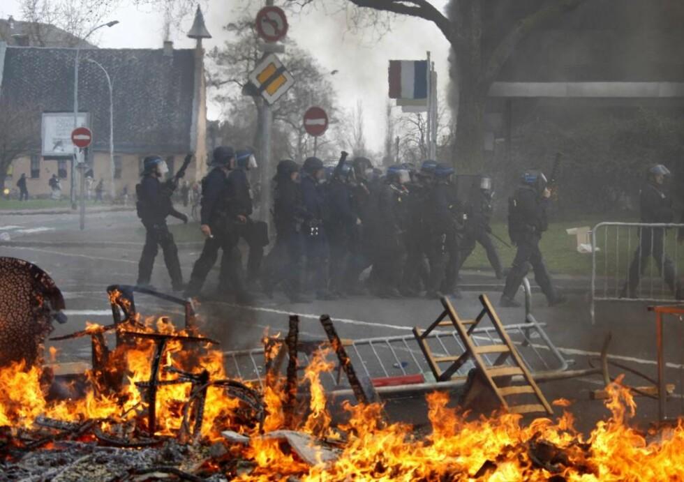 - KRIGSSONE Anti-NATO-demonstranter kjemper mot opprørspolitiet i Strasbourg. Foto: SCANPIX