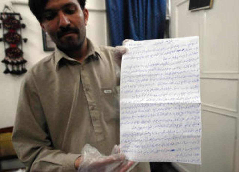 FIKK BREV: En pakistansk journalist viser fram et brev han mottok fra BLUF i mars, der de krever at drøyt 1000 innsatte i pakistanske fengsler løslates. Foto: BANARAS KHAN / AFP / SCANPIX