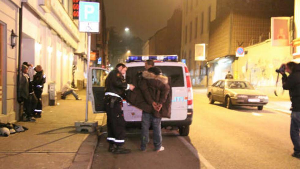 VENTET PÅ ÅSTEDET:  De fire unge mennene som ranet en minibankkunde i Torggata ved 04.30-tiden, stakk først av, men var tilbake på åstedet da politiet kom. Foto: Espen Hovde.